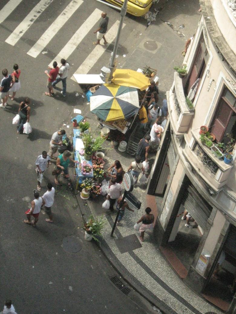 A esquina da feira de sábado. Hoje, flores.